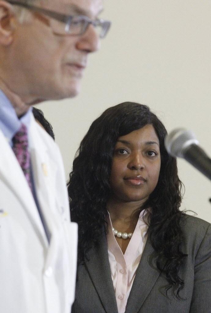 28.out.2014 - A enfermeira americana Amber Vinson, a segunda a contrair o vírus ebola enquanto cuidava de um paciente liberiano no Texas, escuta o médico epidemologista Bruce Ribner antes de deixar Hospital Universitário Emory, em Atlanta, na Geórgia (sul), nesta terça-feira. Os médicos declararam que Amber foi curada da infecção