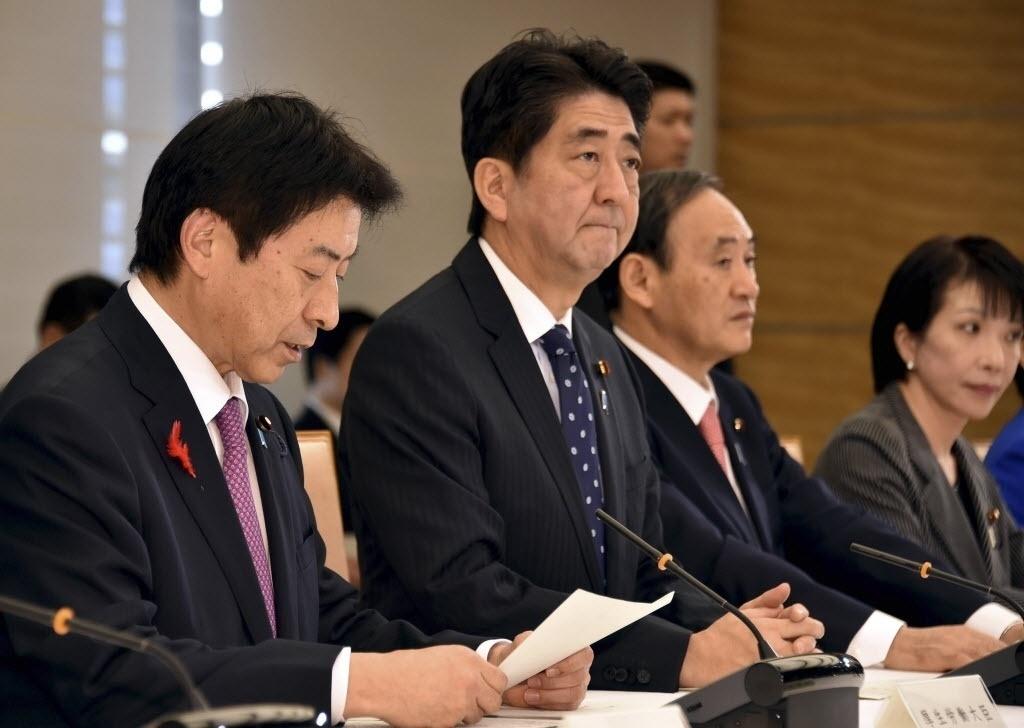 28.out.2014 - A primeira reunião ministerial do Japão sobre o ebola reuniu o primeiro-ministro do Japão, Shinzo Abe (2º a esq.), o ministro do Trabalho, Saúde e Previdência do Japão, Yasuhisa Shiozaki (1º a esq.), o chefe de gabinete Yoshihide Suga (2º a dir.) e o Ministro dos Assuntos Internos e Comunicação Sanae Takaichi, na residência oficial de Abe, em Tóquio