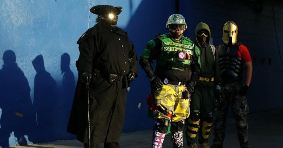 28.out.2014 - Da esquerda para a direita, Midnight Highwayman (Bandido da Meia-Noite), Mr. Extremo, Light Fist (Punho de Luz) e Spartan (Espartano), integrantes da Liga da Extrema Justiça, que ronda as ruas de San Diego, na Califórnia, durante as madrugadas. Qualquer interessado pode se tornar membro do grupo de voluntários formado na cidade americana em 2006. É necessário apenas ter uma fantasia e um veículo de transporte. Não é pré-requisito ter poderes de super-herói