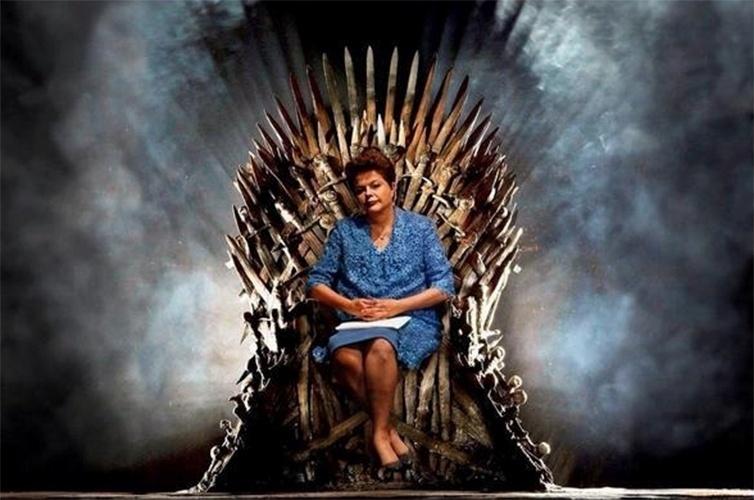 """28.out.2014 - Em montagem, a presidente reeleita Dilma Rousseff (PT) aparece sentada no trono de ferro da série """"Game of Thrones"""""""