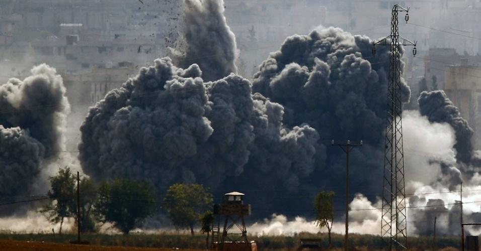 28.out.2014 - Explosão após ataque aéreo na cidade de Kobani, na fronteira síria com a Turquia. A cidade curda foi tomada por militantes do Estado Islâmico. A população curda se refugiou na cidade turca de Suruc, enquanto guerrilheiros curdos lutam contra os fundamentalistas islâmicos. Kobani tornou-se alvo de bombardeios efetuados pela coalizão liderada pelos EUA