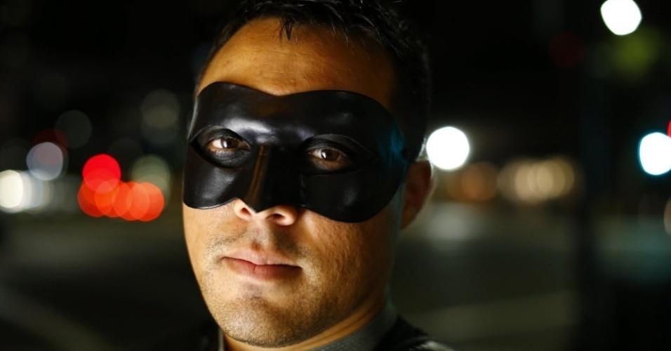 28.out.2014 - Fallen Boy, integrante da Liga da Extrema Justiça, posa para foto durante a madrugada em San Diego, na Califórnia. Fundado pelo Mr. Extremo em 2006, o grupo de voluntários utiliza identidades secretas para patrulhar as ruas da cidade americana, oferecendo assistência para quem necessitar