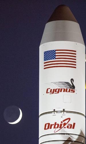 28.out.2014 - Foto divulgada pela Nasa nessa segunda-feira (27) mostra o foguete espacial Antares, da empresa privada americana Orbital Sciences Corporation, com nave espacial Cygnus a bordo, em base da agência norte-americana na Virginia. A imagem é do último domingo. O foguete explodiu seis segundos após o lançamento e não era tripulado