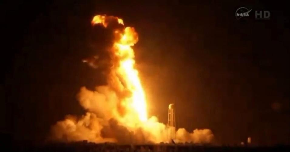28.out.2014 - Imagem tirada de um vídeo divulgado pela Nasa mostra o foguete espacial Antares, da empresa privada americana Orbital Sciences Corporation, que carregava a nave espacial não tripulada Cygnus a bordo, ao explodir nesta terça-feira (28). O veículo carregava 2,2 toneladas de equipamentos, material de experimentos e provisões para os seis membros da tripulação da Estação Espacial Internacional (ISS, na sigla em inglês). O foguete explodiu seis segundos após o lançamento