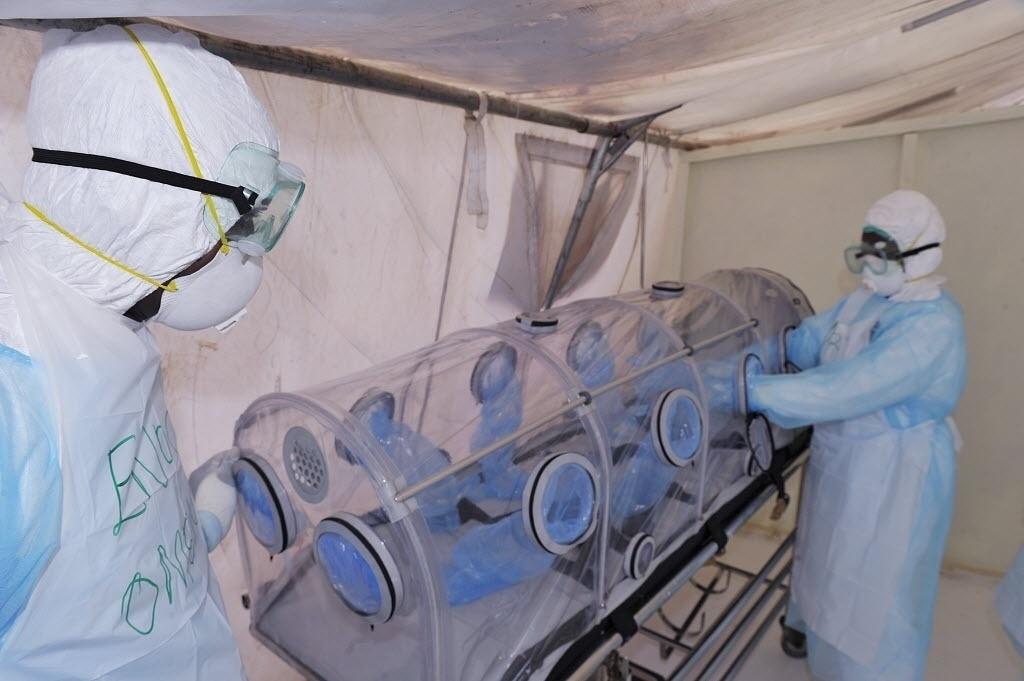 28.out.2014 - Médicos quenianos, usando equipamento de proteção completo,mostram como lidar com um paciente infectado pelo vírus ebola no Hospital Nacional Kenyatta, em Nairóbi. As medidas foram postas em prática antes da chegada dos 12 quenianos que retornam contaminados pelo vírus da Libéria