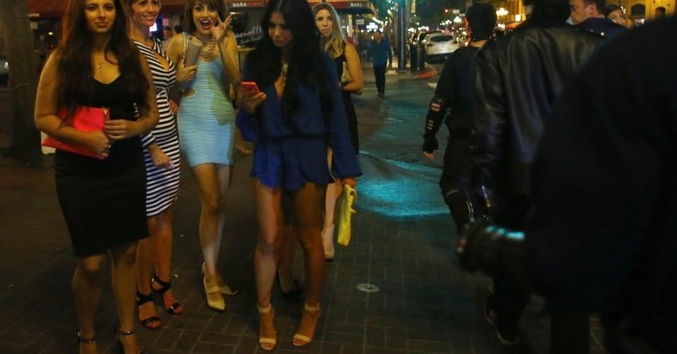 28.out.2014 - Moças reagem ao ver os integrantes da Liga da Extrema Justiça, que patrulham as ruas de San Diego, na Califórnia. Qualquer interessado pode se tornar membro do grupo de voluntários formado na cidade americana em 2006. É necessário apenas ter uma fantasia e um veículo de transporte. Não é pré-requisito ter poderes de super-herói