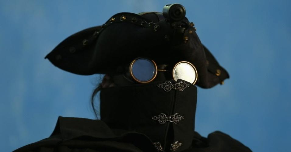28.out.2014 - Óculos do Midnight Highwayman (Bandido da Meia-Noite) reflete o nascer do sol no início da manhã em San Diego, na Califórnia. Fundado pelo Mr. Extremo em 2006, o grupo de voluntários utiliza identidades secretas para patrulhar as ruas da cidade americana, oferecendo assistência para quem necessitar
