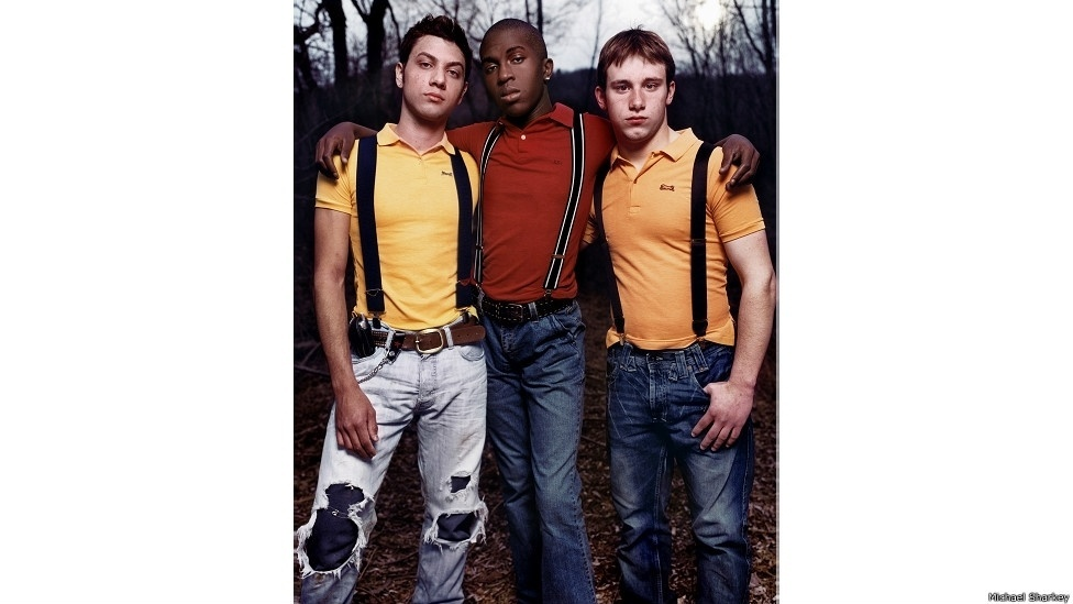 28.out.2014 - Segundo o fotógrafo, agora esses jovens são mais livres e podem expressar sua sexualidade por conta das mudanças sociais que aconteceram recentemente. Na imagem, David, Bobby e Mike (Nova York)