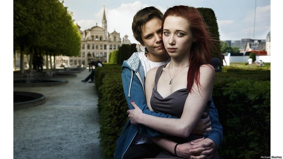 28.out.2014 - Sharkey procurou os modelos que usou nas fotos em organizações de jovens LGBT. Muitos jovens o contataram para aparecer na série. Na foto, Nancy e Marie (Bélgica)