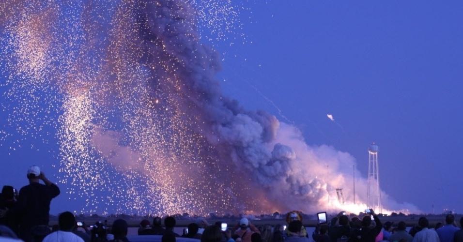 29.out.2014 - Americanos que acampavam para assistir ao lançamento do foguete espacial Antares da Nasa (Agência Espacial Americana) registraram momento em que veículo explodiu alguns segundos depois de sua decolagem nesta terça-feira (28), em Wallops, na Virgínia, Estados Unidos. O foguete lançaria a cápsula espacial Cygnus, que fazia parte de uma missão de reabastecimento da Estação Espacial Internacional (ISS). De acordo com a Nasa, ninguém ficou ferido na explosão