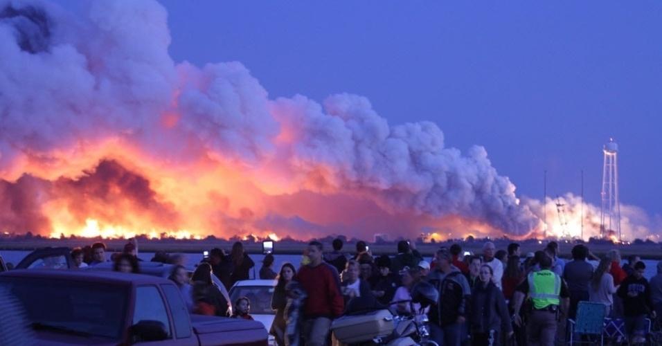 29.out.2014 - Americanos que acampavam para assistir ao lançamento do foguete espacial Antares da Nasa (Agência Espacial Americana) foram retirados do local no momento em que veículo explodiu, alguns segundos depois de sua decolagem, nesta terça-feira (28), em Wallops, na Virgínia, Estados Unidos. O foguete lançaria a cápsula espacial Cygnus, que fazia parte de uma missão de reabastecimento da Estação Espacial Internacional (ISS). De acordo com a Nasa, ninguém ficou ferido na explosão