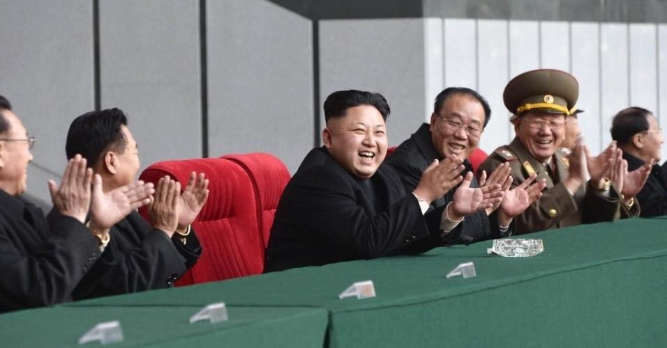 29.out.2014 - Ditador norte-coreano Kim Jong-un assiste a uma partida de futebol de mulheres em Pyongyang, em foto sem data liberada pela Agência de Notícias da Coréia do Norte (KCNA)