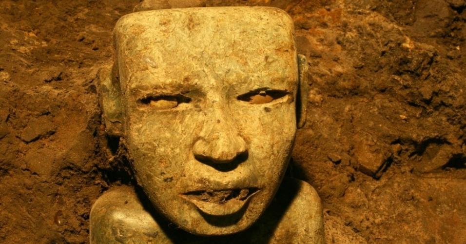 29.out.2014 - Escultura na forma de um rosto é encontrada abaixo do cume do Templo Quetzalcoatl, no sítio arqueológico de Teotihuacan, no México. No túnel de 103 metros foram descobertos mais de 50.000 ofertas, segundo especialistas.
