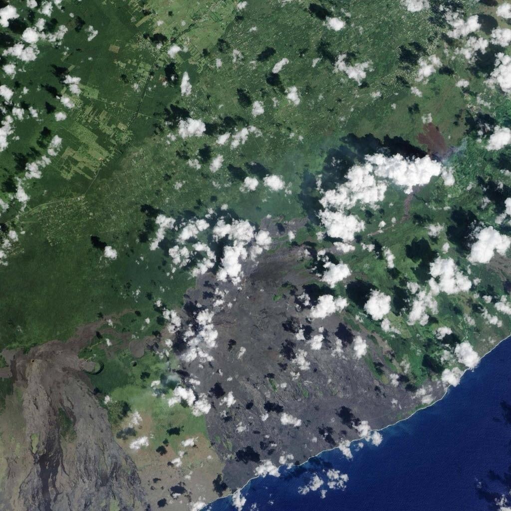 29.out.2014 - Fluxo de lava proveniente do vulcão Kilauea é visto do alto próximo ao vilarejo de Pahoa, no Havaí, em foto tirada no dia 24 de outubro por satélite da Nasa e divulgada nesta quarta-feira (29) pela agência norte-americana.  O rio de lava já invadiu uma propriedade residencial na ilha principal do Havaí e ameaça dezenas de outras casas e comércios, disseram as autoridades