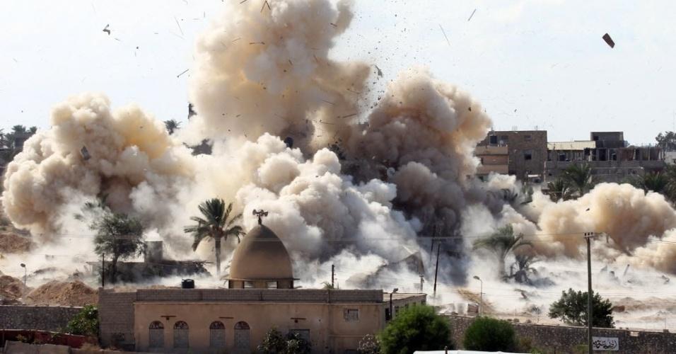 29.out.2014 - Fumaça cobre o céu da cidade egípcia de Rafah, após um bombardeio feito pelas forças de segurança do Egito, na fronteira com a faixa de Gaza. O governo egípcio começou a criação de uma zona tampão ao longo da fronteira para evitar a infiltração de militantes e contrabando de armas na região
