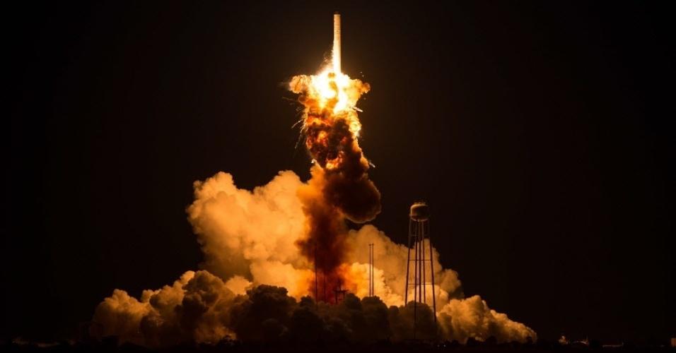 29.out.2014 - Momento da explosão do foguete espacial não tripulado da empresa privada americana Orbital Sciences Corporation, em Virginia, nos Estados Unidos, nesta terça-feira (28). Ele lançaria a cápsula espacial Cygnus, que reabasteceria a ISS com toneladas de materiais de experimentos científicos, hardware para experimentos, alimentos e outros bens essenciais. De acordo com a Nasa, ninguém ficou ferido na explosão