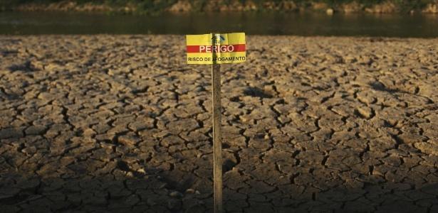 Foto de 2014 mostra placa contra afogamentos em chão rachado da represa de Itu - Nacho Doce/ Reuters