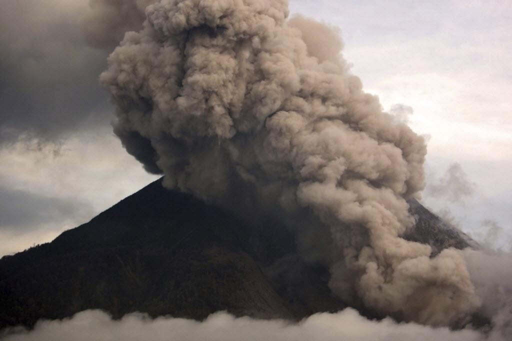 29.out.2014 - Uma nuvem de fumaça é expelida pelo vulcão Sinabung em Karo, na Indonésia