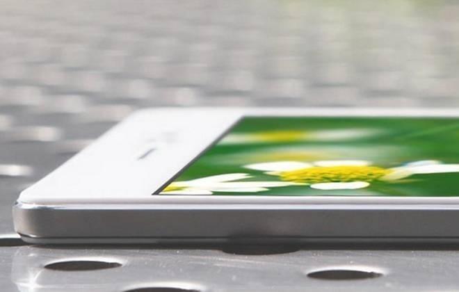 Com 4,85mm de espessura, a chinesa Oppo quebra recorde e lança smartphone mais fino do mundo. O chamado Oppo R5 conta com acabamento em alumínio e tela Amoled de 5,2 polegadas com resolução de 1080x1920 e densidade de pixels em 423ppi. O processador é um Snapdragon 615 SoC 64-bit com oito núcleos Cortex-A53 e rodando a 1.5 GHz