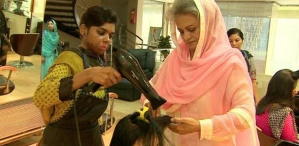 Musarat Misbat (à dir) ajuda mulheres que sofreram ataques com ácido em Lahore, no Paquistão - BBC