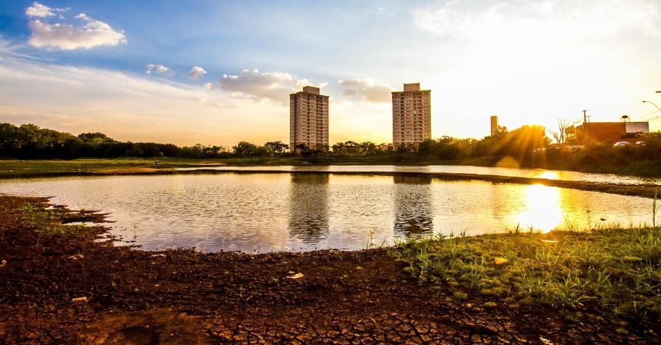 30.out.2014 - A Lagoa do Saibro já recuou mais de 10 metros por causa da estiagem em Ribeirão Preto, no interior de São Paulo, como se vê nesta imagem desta quinta-feira (30). Os ambientalistas da cidade estão preocupados, já que a lagoa é uma das áreas de recarga do aquífero Guarani, que abastece a cidade e região