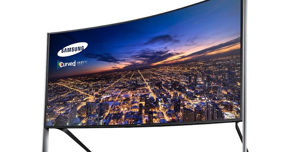 30.out.2014 - A Samsung lançou TV 105S9W com tela curva de 105 polegadas e imagem ultra HD (4k) no formato 21:9. Com resolução de 5120 X 2160 e 11 milhões de pixels e alto faltantes de 160 watts, o produto, fabricado na Coreia do Sul, vai ser vendido sob encomenda pelo preço de uma casa: R$ 499 mil