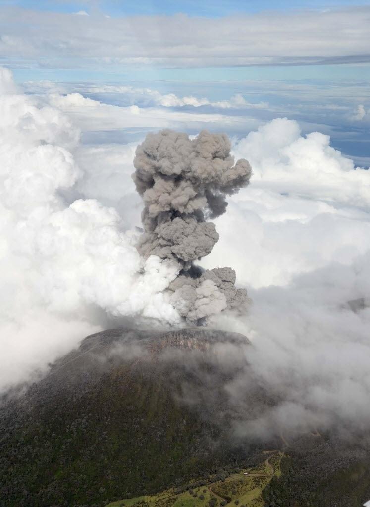 30.out.2014 - Fumaça e cinzas são expelidas pelo vulcão Turrialba, a cerca de 65 km a sudoeste de San José, na Costa Rica, nesta quinta-feira (30). Instituto Nacional de Emergências evacuou pessoas que viviam nas suas encostas. A erupção é a maior em 150 anos