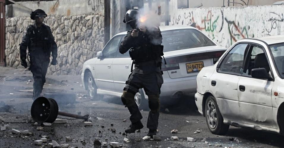 30.out.2014 - Membro das forças de segurança israelenses atira contra palestinos durante confronto em Jerusalém Oriental, em Israel. A polícia israelense matou um palestino suspeito de envolvimento na tentativa de assassinato do rabino Yehuda Glick, ativista que foi gravemente ferido a tiros na noite desta quarta-feira (29). O ataque aumentos as tensões na cidade, após meses de confrontos quase diários entre palestinos e policiais israelenses