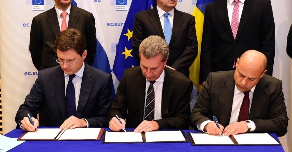 30.out.2014 - Negociadores de Ucrânia, Rússia e União Europeia assinaram um acordo nesta quinta-feira (30) para garantir que os ucranianos recebam gás dos russos durante o inverno, em Bruxelas, na Bélgica