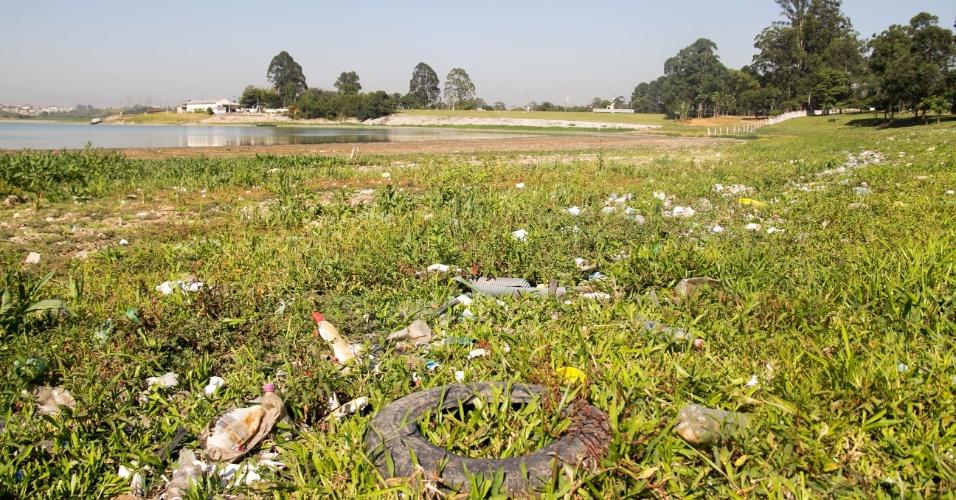 30.out.2014 - Nível do Rio Grande mantém constante queda e deixa a represa Billings, na zona sul de São Paulo, operando abaixo de 70% de sua capacidade. O nível baixo nesta quinta-feira (30) deixa visível a poluição, acúmulo de lixo e bancos de areia em sua extensão