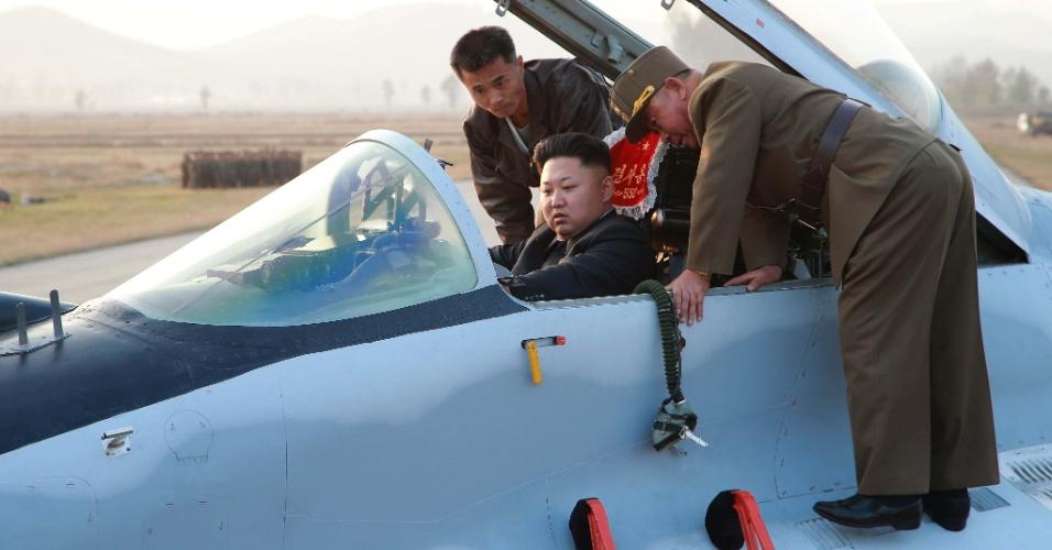 30.out.2014 - O líder norte-coreano, Kim Jong-un, aparece dentro de um caça militar, durante supervisão de um exercício de voo do Exército do país, em Pyongyang, capital da Coreia do Norte.  Kim não apareceu publicamente entre 3 de setembro e 13 de outubro, gerando especulações sobre sua saúde. Após o período, foi visto usando uma bengala. De acordo com o Serviço Nacional de Inteligência da Coreia do Sul, o líder se recupera de uma operação para tirar um cisto no tornozelo