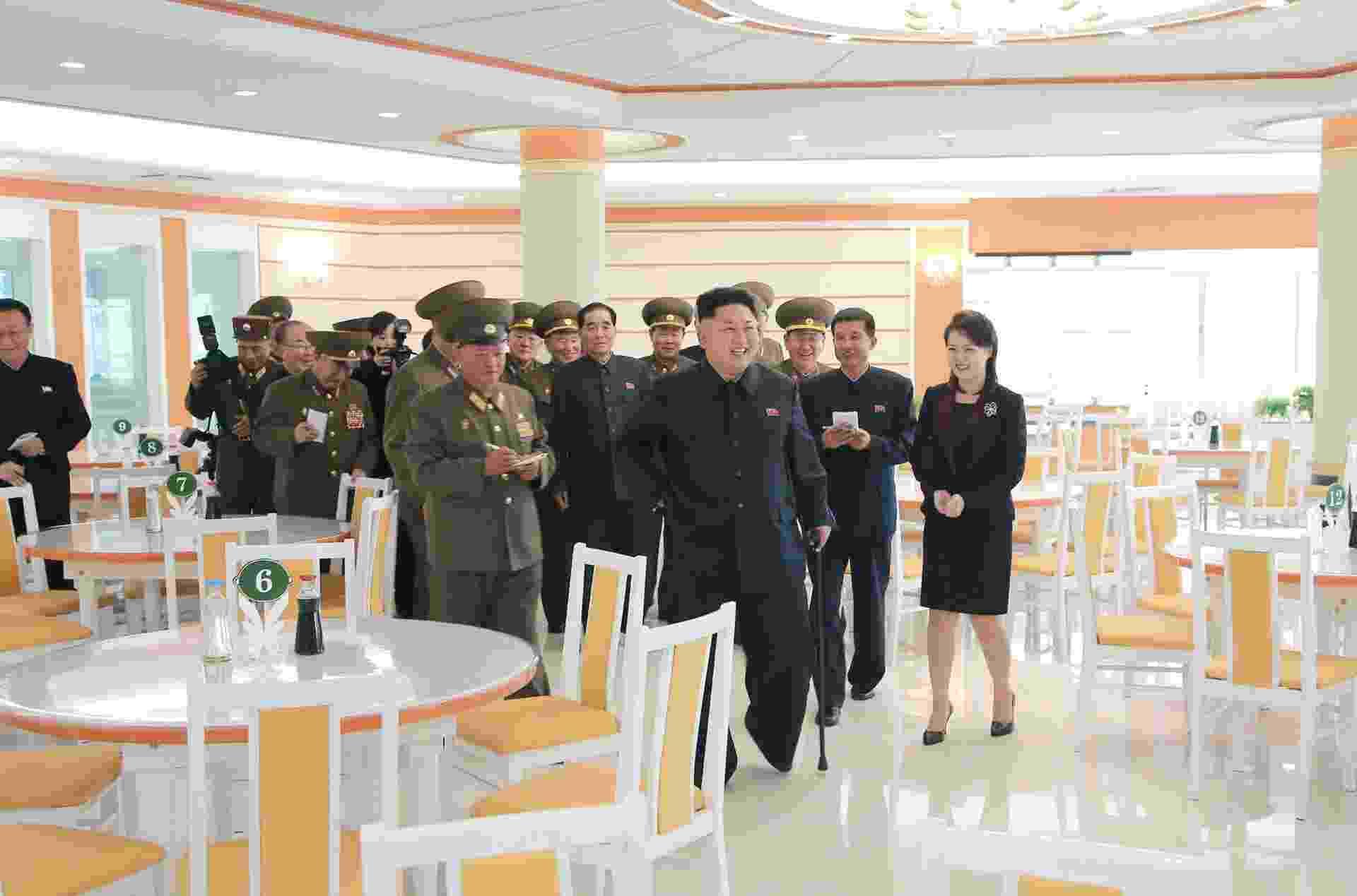 30.out.2014 - O líder norte-coreano, Kim Jong-un, e sua mulher, Ri Sol-Ju, inspecionam um restaurante para militares recém-construído em local não revelado. Kim não apareceu publicamente entre 3 de setembro e 13 de outubro, gerando especulações sobre sua saúde.  Após o período, sempre foi visto com uma bengala. De acordo com o Serviço Nacional de Inteligência da Coreia do Sul, o líder se recupera de uma operação para tirar um cisto no tornozelo - Agência Central de Notícias Norte-Coreana/AFP