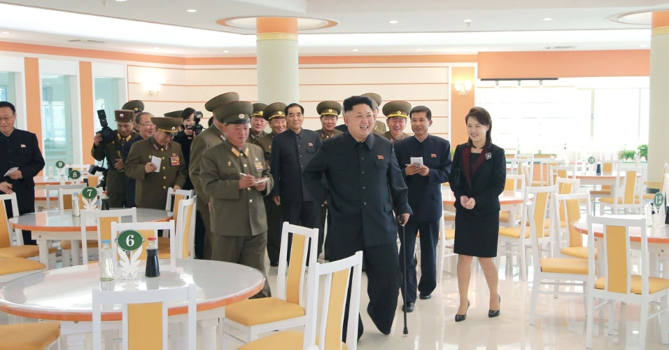 30.out.2014 - O líder norte-coreano, Kim Jong-un, e sua esposa, Ri Sol-Ju, inspecionam um restaurante para militares recém-construído em local não revelado. Kim não apareceu publicamente entre 3 de setembro e 13 de outubro, gerando especulações sobre sua saúde.  Após o período, sempre foi visto com uma bengala. De acordo com o Serviço Nacional de Inteligência da Coreia do Sul, o líder se recupera de uma operação para tirar um cisto no tornozelo