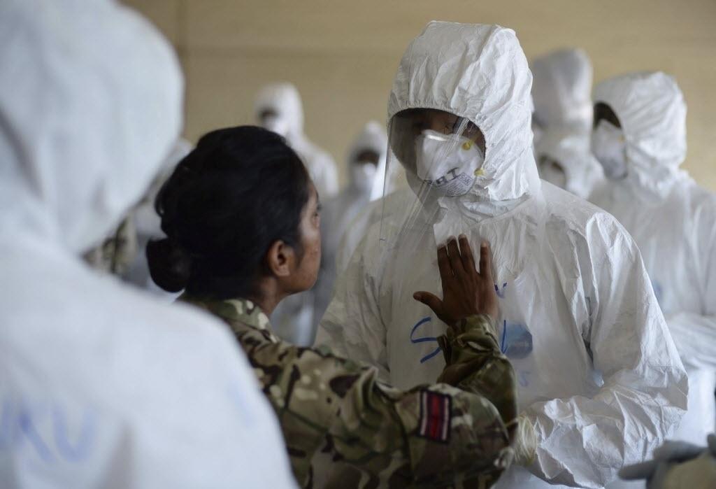 30.out.2014 - O Ministério da Defesa britânico forneceu nesta quinta-feira (30) uma fotografia que mostra os membros das Forças Armadas do Reino Unido e Serra Leoa participando de um curso que ensina como cuidar de pacientes de ebola na faculdade de enfermagem e medicina da Universidade de Serra Leoa, em Freetown, nesta quarta-feira (29)nido