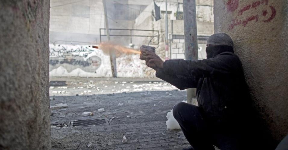 30.out.2014 - Palestino lança foguetes contra membros das forças de segurança israelenses durante um confronto em Jerusalém Oriental (Israel). A polícia israelense matou um palestino suspeito de envolvimento na tentativa de assassinato do rabino Yehuda Glick, ativista que foi gravemente ferido a tiros na noite desta quarta-feira (29)