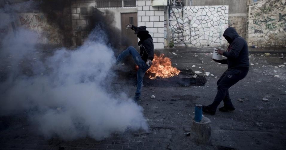 30.out.2014 - Palestinos entram em confronto com as forças de segurança israelenses em Jerusalém Oriental (Israel). A polícia israelense matou um palestino suspeito de envolvimento na tentativa de assassinato do rabino Yehuda Glick, ativista que foi gravemente ferido a tiros na noite desta quarta-feira (29)