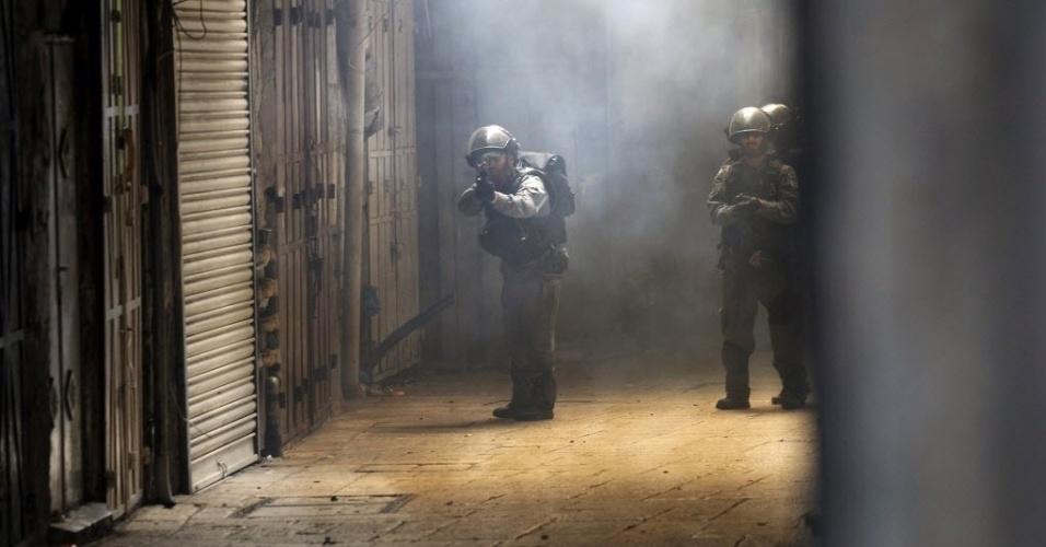 30.out.2014 - Policiais israelenses buscam palestinos durante confronto na cidade velha de Jerusalém, em Israel. A polícia israelense matou um palestino suspeito de envolvimento na tentativa de assassinato do rabino Yehuda Glick, ativista que foi gravemente ferido a tiros na noite desta quarta-feira (29)