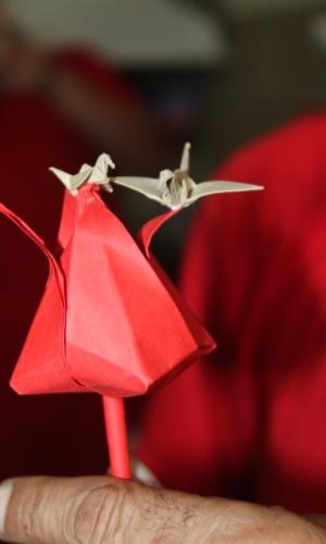 30.out.2014 - Responsável pela criação da oficina no Ceresp Betim, a assistente social da Secretaria de Defesa Social Rosemary Ramos explica que, ao utilizar uma linguagem própria, o origami possibilita que as pessoas pensem