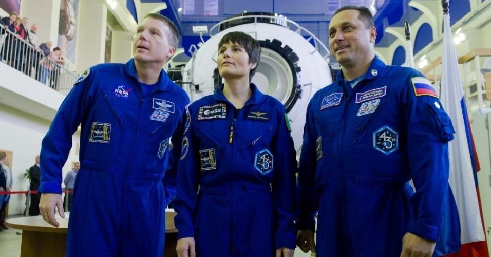 30.out.2014 - O astronauta da Nasa (agência espacial americana) Terry Virts, a astronauta da ESA (agência espacial europeia) Samantha Cristoforetti e o cosmonauta russo Anton Shkaplerov participam de uma sessão de treinamento e exames em Star City, perto de Moscou (Rússia). Os três viajarão para a Estação Espacial Internacional (ISS) em 23 de novembro