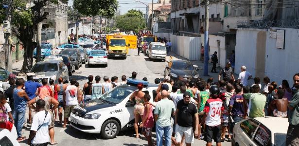 A polícia encontrou na manhã desta quinta-feira um carro com cinco corpos na rua General Gustavo Cordeiro de Farias, em Benfica - Marcos Tristão / Agência O Globo