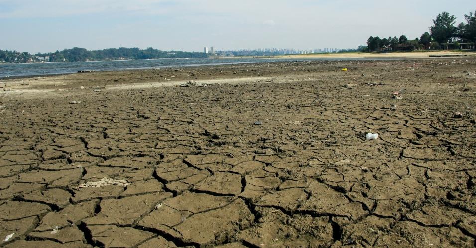 31.out.2014 - Estiagem que atinge o Estado de São Paulo faz com que trechos secos surjam na represa do Guarapiranga, na zona sul da capital paulista