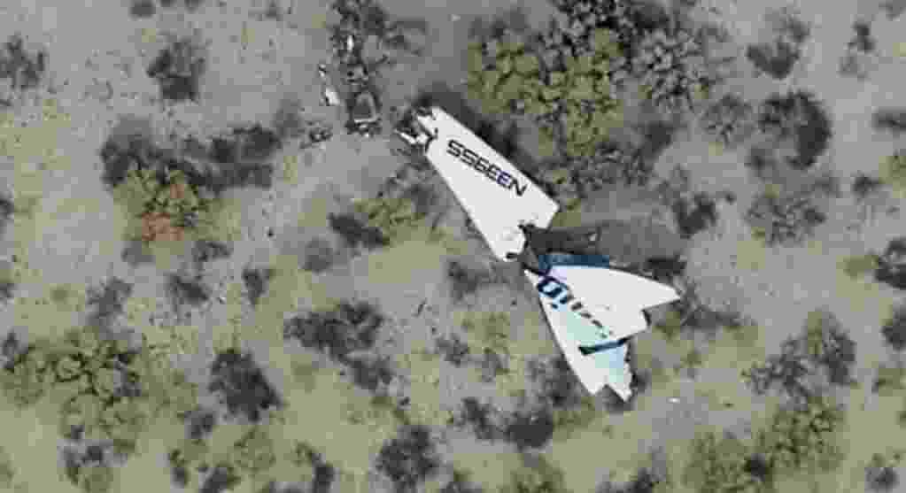 """31.out.2014 - NAVE ESPACIAL CAI APÓS 'ANOMALIAS' -  A nave espacial SpaceShipTwo, da Virgin Galactic, caiu após enfrentar dificuldades durante um voo de teste na Califórnia, informou a companhia, que não forneceu informações sobre os dois pilotos que estavam a bordo. Segundo a CNN, o chefe da patrulha rodoviária da Califórnia, Jesse Borne, afirmou que um deles morreu e o outro está gravemente ferido. """"Durante o (voo de) teste, o veículo sofreu uma anomalia séria, que resultou na perda da SpaceShipTwo. Nossa primeira preocupação é a situação dos pilotos, que no momento é desconhecida"""", informou a empresa em um post no Twitter - Reprodução/Twitter @AviationSafety"""