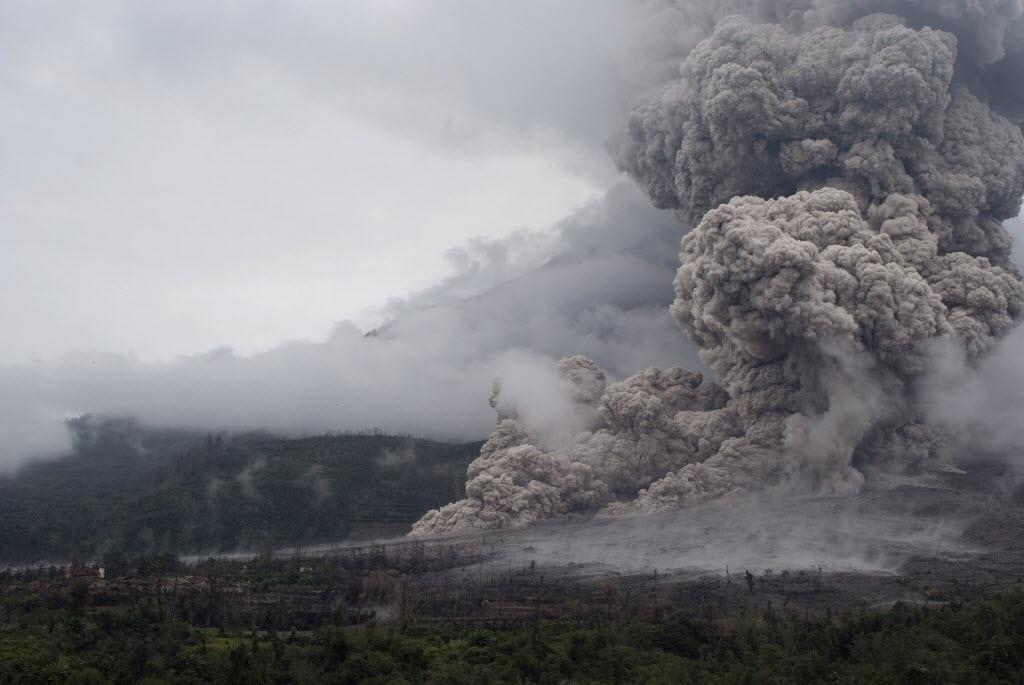 31.out.2014 - Nuvem gigantesca de fumaça toma conta do céu no Monte Sinabung durante erupção do vulcão nesta sexta-feira (31) na Indonésia. O presidente indonésio, Joko Widodo, deu ordem as autoridades que acelerem as operações de realocação de moradores que vivem nas proximidades do vulcão Monte Sinabung e estão morando em um centro de evacuação no distrito de Karo, na ilha de Sumatra