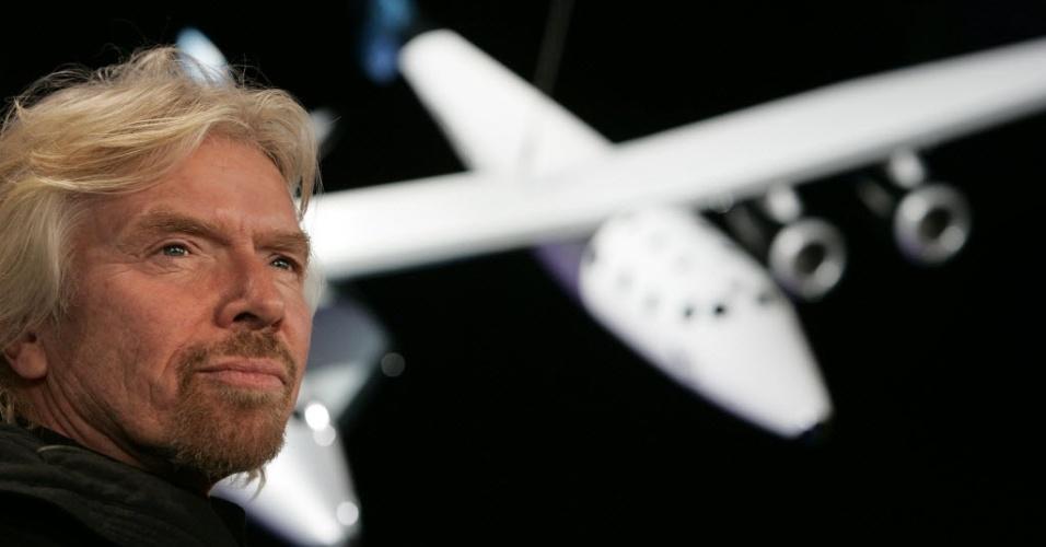 31.out.2014 - Sir Richard Branson, fundador da Virgin Galactic, posa ao lado de um modelo da SpaceShipTwo engatada na aeronave WhiteKnightTwo em imagem de janeiro de 2008, durante lançamento no Museu de História Natural em Nova York, EUA. O projeto do bilionário britânico seria o primeiro voo espacial para turistas. Celebridades como os atores Leonardo DiCaprio e Aston Kutcher já haviam encomendado pacotes de voos suborbitais
