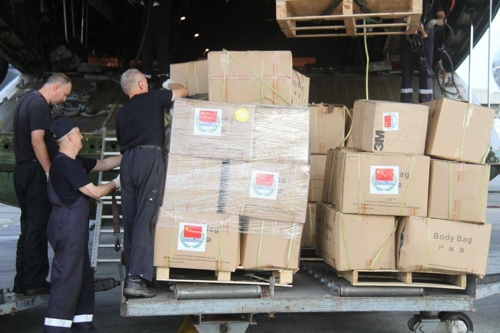 31.out.2014 - Trabalhadores descarregam pacotes com suprimentos em Abidjan, na Costa do Marfim. A China enviou um novo lote de ajuda que será utilizado para combater a epidemia de ebola na África