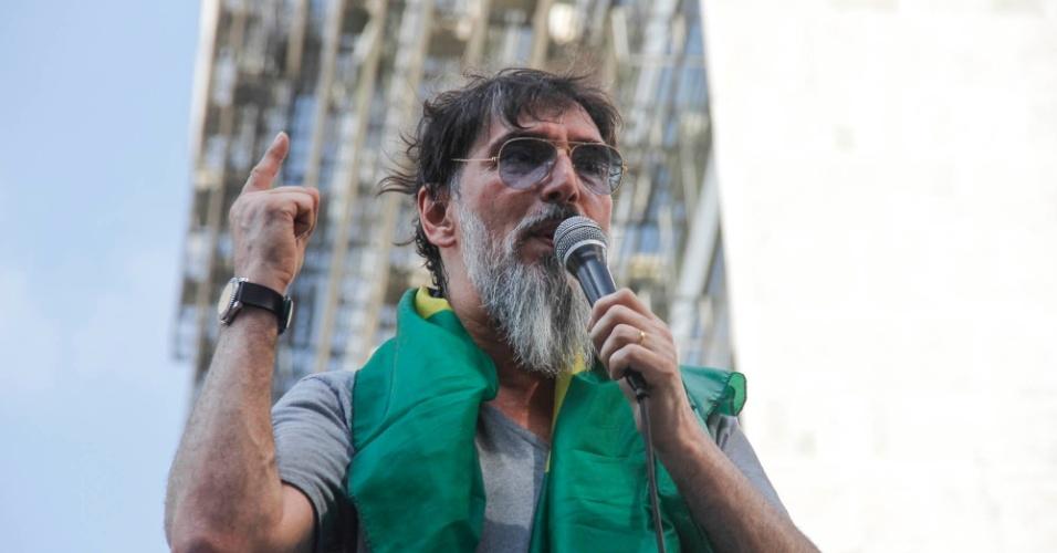 1º.nov. 2014 - O cantor Lobão participa de protesto na avenida Paulista, região centro-sul de São Paulo, contra a reeleição da presidente Dilma Rousseff (PT).  O grupo pede o impeachment de Dilma e o fim do PT (Partido dos Trabalhadores)