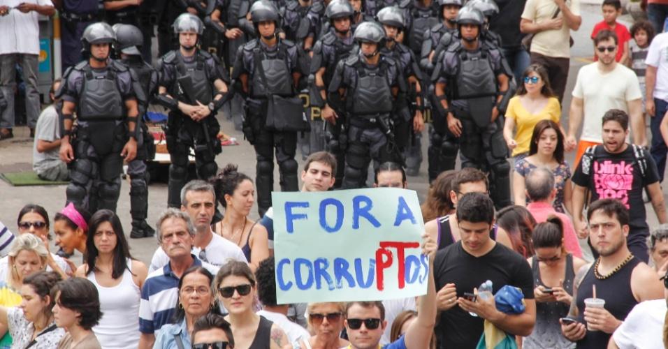 1º.nov. 2014 - Policias acompanham manifestantes contrários à reeleição da presidente Dilma Rousseff (PT) durante ato na avenida Paulista, região centro-sul da capital paulista. O grupo pede o impeachment de Dilma e o fim do PT (Partido dos Trabalhadores)