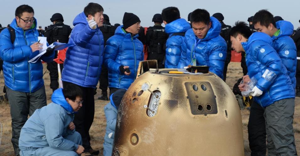 1.nov.2014 - Cientistas chineses inspecionam sonda espacial apó seu retorno à Terra neste sábado (1) na região da Mongólia Interior. Os chineses conseguiram, pela primeira vez na história do país, fazer regressar um dispositivo espacial, que resistiu à viagem de volta enfrentando temperaturas elevadíssimas na reentrada na atmosfera terrestre. A sonda pousou após atingir uma velocidade de 11,2 quilômetros por segundo