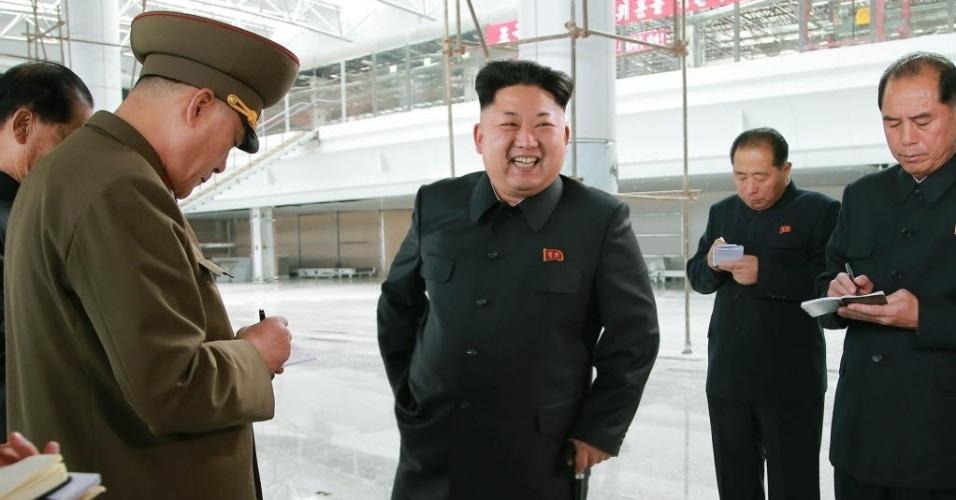 1º.nov.2014 - Em foto sem data divulgada neste sábado, o líder da Coreia do Norte, Kim Jong-un, aparece sorrindo durante inspeção de canteiro de obras do Aeroporto Internacional de Pyongyang