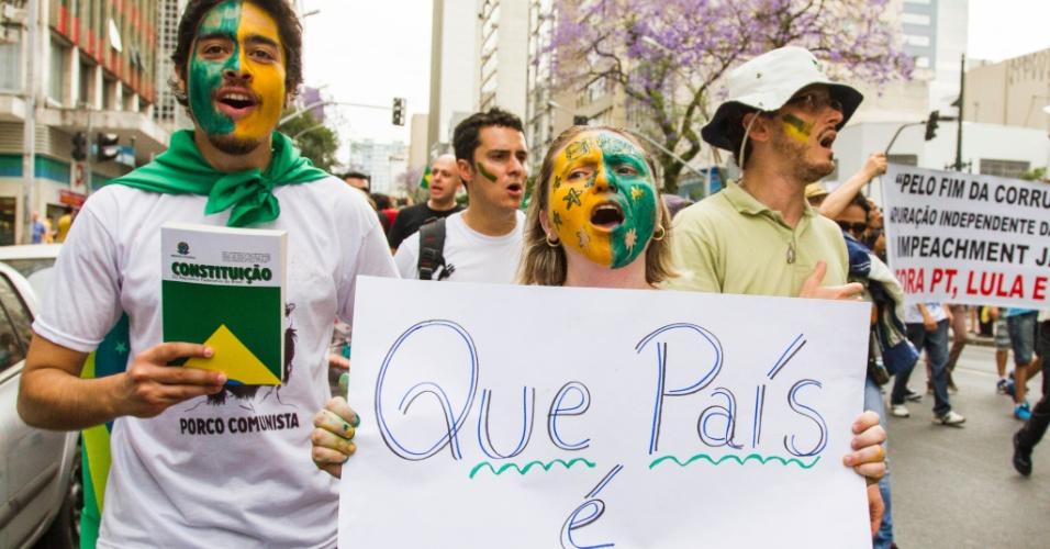 1º.nov.2014 - Manifestantes realizam ato para pedir o impeachment da presidente da República, Dilma Rousseff, em Curitiba, Paraná